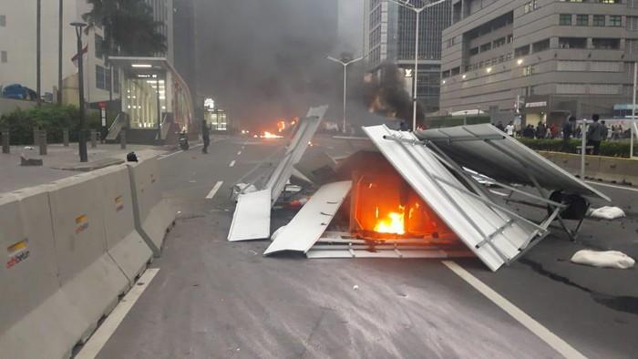 Eskavator dan puing MRT dibakar massa demo