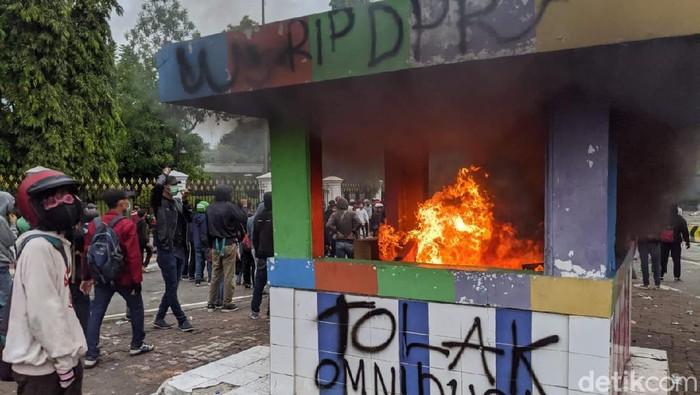 Selain pos polisi (pospol) di Bundaran Patung Kuda Wijaya, pospol di perempatan Harmoni dirusak pendemo hingga dibakar.