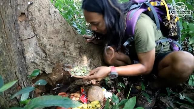 Gokil! YouTuber Ini Mukbang Pakai Sesajen di Tengah Hutan Angker