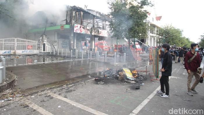 Massa demo tolak UU Omnibus Law Cipta Kerja di depan Gedung DPRD DIY berlangsung ricuh. Halte bus Trans Jogja jadi sasaran.