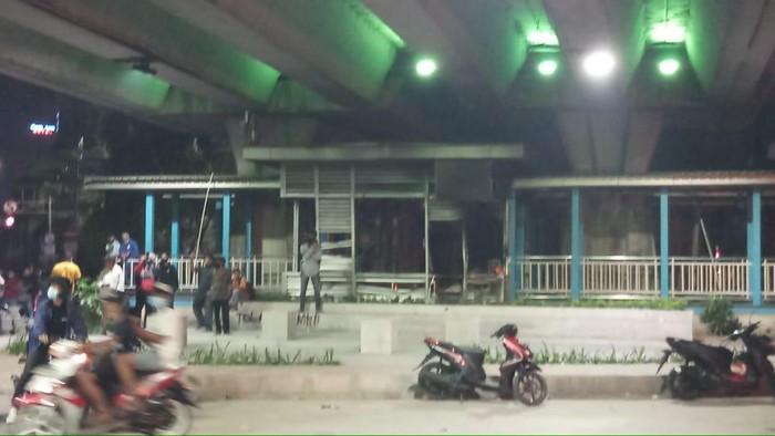 Halte Sentral Senen dibakar massa (Foto: Farih/detikcom)