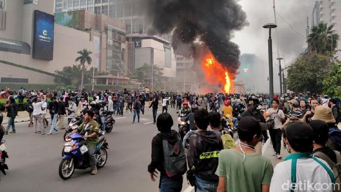 Ricuh demo berkahir hingga pengrusakan sejumlah fasilitas umum. Salah satunya halte TransJakarta di kawasan HI.
