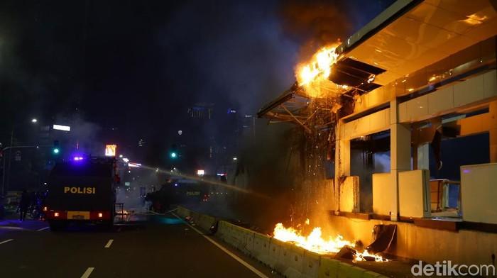 Fasilitas umum yang dirusak massa demonstran terus bertambah. Kini Halte TransJakarta Tosari juga dibakar massa.