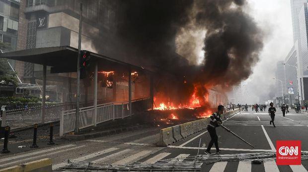 Halte Transjakarta di Bundaran HI dibakar massa , Jakarta, 8 Oktober 2020. CNN Indonesia/ Safir Makki