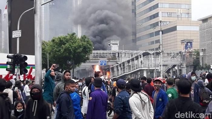Halte TransJakarta Sarinah dibakar (Ilman/detikcom)