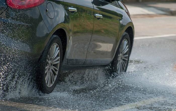 Ilustrasi berkendara saat hujan