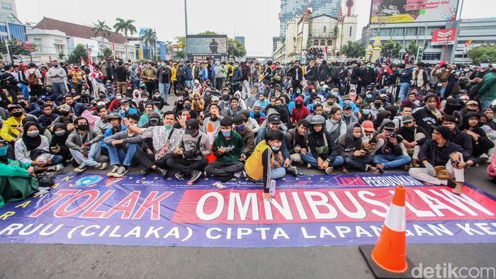 Viral Mahasiswa Belajar saat Demo Omnibus Law