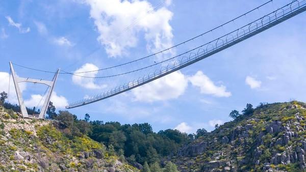 Jembatan gantung ini disebut 516 Arouca karena panjangnya yang mencapai 516 meter di atas ketinggian 175 meter. (dok. 516 Arouca)
