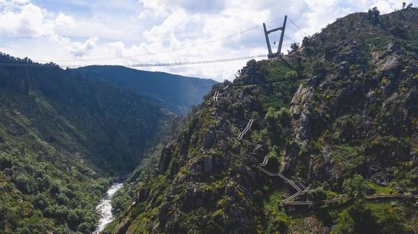Dibangun dengan kabel baja dan dasar kisi-kisi logam, wisatawan seakan berjalan tak menapak dengan keindahan panorama yang memukau. (dok. 516 Arouca)
