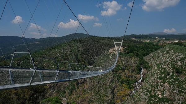 Jembatan gantung pejalan kaki terpanjang di dunia akan segera dibuka di Portugal akhir bulan Oktober. (516 Arouca/Facebook)