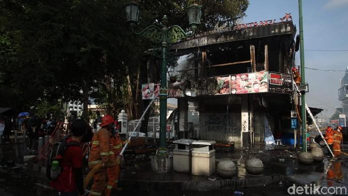 Kafe di dekat DPRD DIY terbakar, Kamis (8/10/2020).