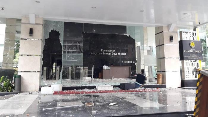 Kantor Kementerian ESDM dirusak massa (Foto: Ilman/detikcom)