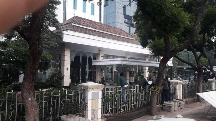 Kantor Kementerian ESDM dirusak pendemo tolak UU Cipta Kerja.