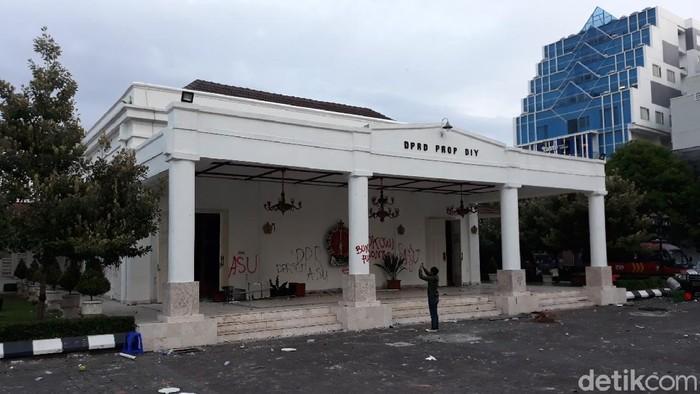 Kondisi gedung DPRD DIY, Jalan Malioboro, Kota Yogyakarta, usai demo ricuh Omnibus Law, Kamis (8/10/2020).
