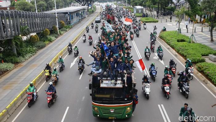 Sejumlah mahasiswa dari beberapa Universitas melakukan konvoi menuju Istana Negara, Jakarta, Kamis (8/10/2020).