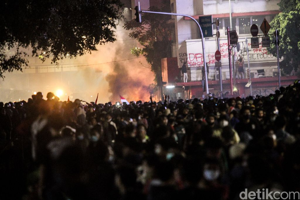 Aparat masih berupaya membubarkan massa demo penolak UU Cipta Karya yang ricuh di Harmoni, Jakarta Pusat (Jakpus).