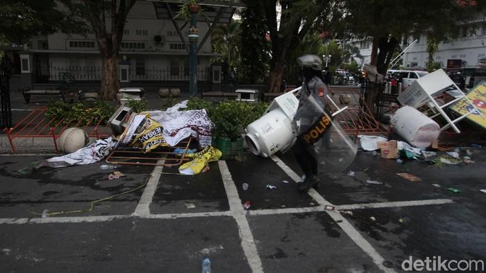 Imbas ricuh demo mahasiswa di Yogyakarta, kawasan Malioboro terlihat porak-poranda. Ini foto-fotonya.