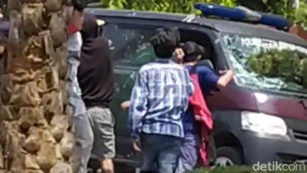 Massa aksi tolak Omnibus Law UU Cipta Kerja di DPRD Kota Pekalongan, Kamis (8/10/2020).