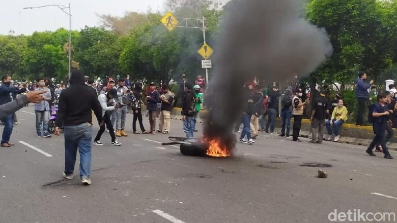 Massa Bakar Ban di Jalan Juanda, Jakarta Pusat