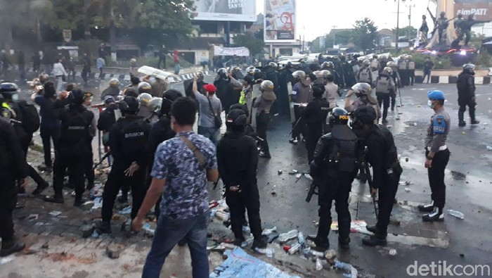 Massa demo Omnibus Law di Sukoharjo ricuh, polisi tembakkan gas air mata, Kamis (8/10/2020).