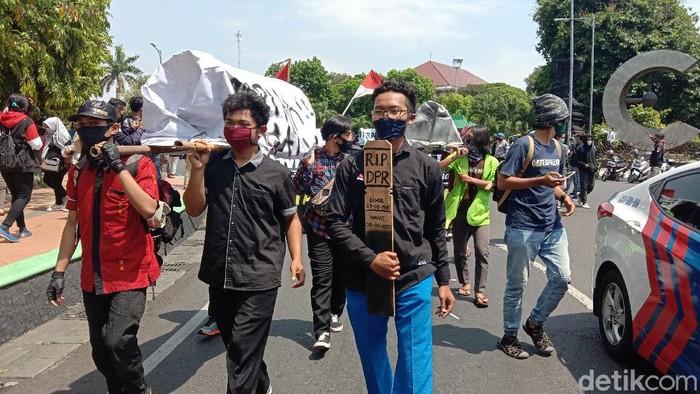 Massa demo protes Omnibus Law di Kudus, Kamis (8/10/2020).
