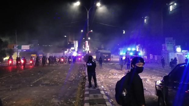 Massa di Makassar masih ricuh hingga membakar video tron Kantor Gubernur Sulsel