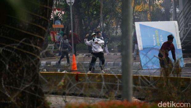 Massa di Patung Kuda Arjuna Wiwaha, Jakarta Pusat ricuh. Massa melempari polisi dengan batu.