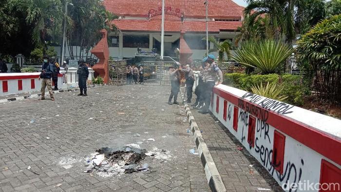 Massa gelar demo tolak Omnibus Law UU Cipta Kerja di DPRD Kudus, Kamis (8/10/2020).