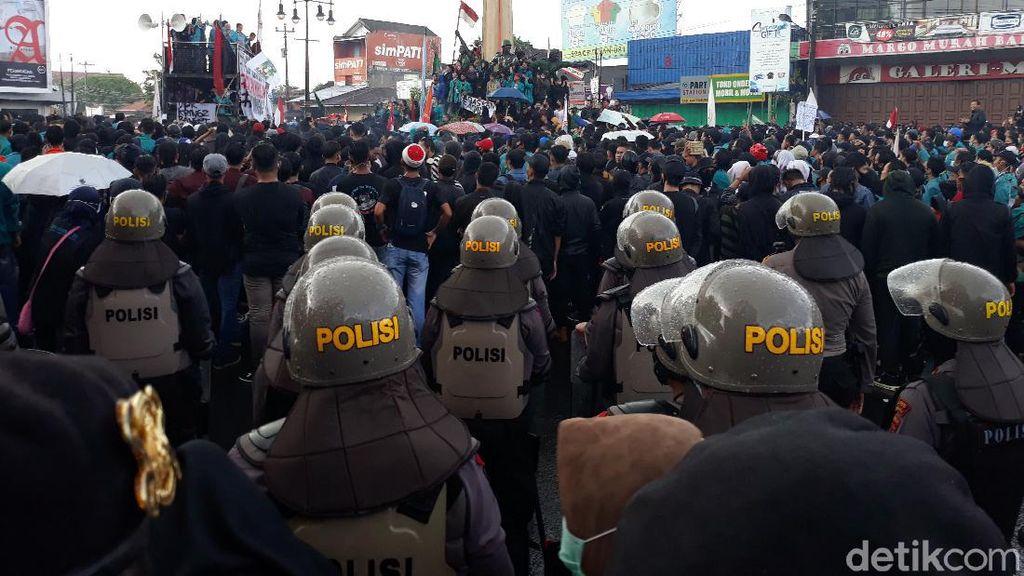 Demo UU Cipta Kerja Tutup Jalan Bundaran Kartasura, Arus Lalin Lumpuh