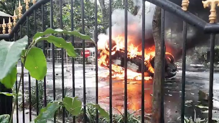 Aksi unjuk rasa di Kota Malang berakhir rusuh. Satu mobil patwal Pemkot Malang dibakar pengunjuk rasa.