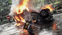 Anarkis, Mobil Pemkot Malang Dibakar Pedemo