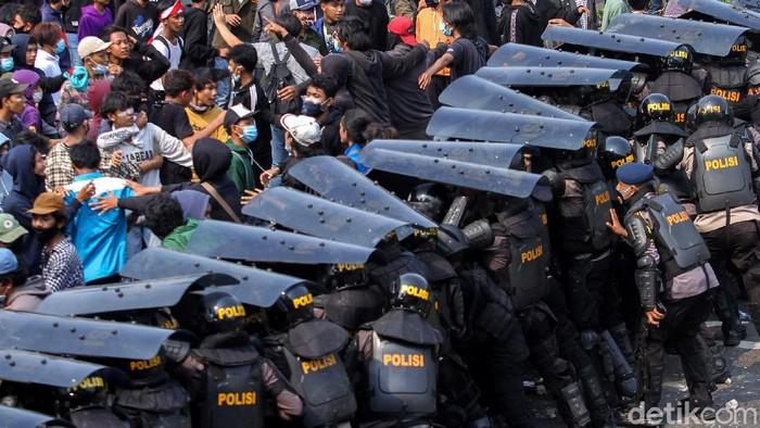 Bentrokan terjadi antara pengunjuk rasa dan kepolisian di Harmoni, Jakarta, Kamis (8/10/2020). Aksi yang sebelumnya damai tersebut lantas berujung bentrok.