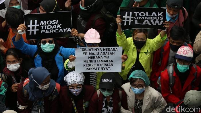 Massa mahasiswa berunjuk rasa di sekitar Patung Kuda Arjuna Wihaha, Jakarta Pusat, terkait UU Cipta Kerja. Massa mahasiswa datang secara bergelombang.