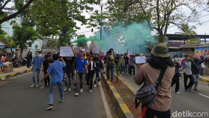 Puluhan remaja dan pelajar yang ikut dalam aksi unjuk rasa menolak Omnibus Law UU Cipta Kerja diamankan ke Mapolres Cianjur. Mereka digiring lantaran menyerang polisi saat hendak diamankan. Babakan salah satu diantaranya diduga membawa senjata tajam.