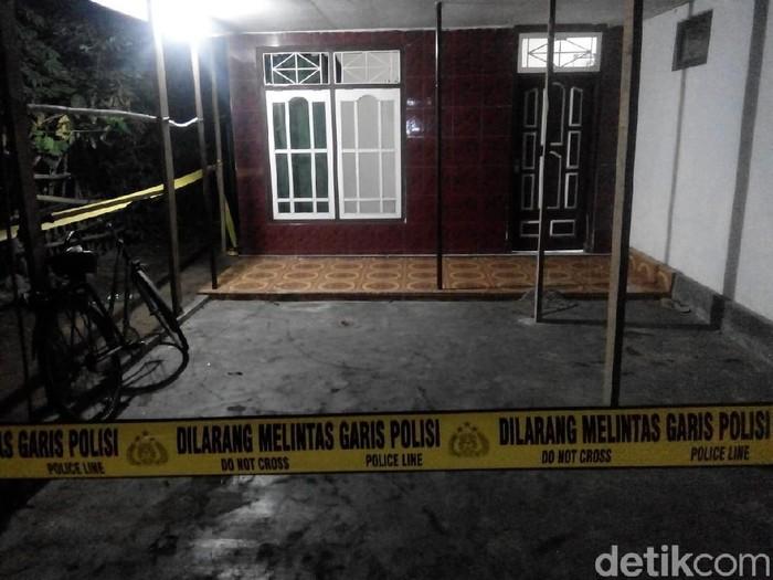 Pasangan suami istri (pasutri) di Lumajang dianiaya orang tak dikenal. Mereka dicangkul hingga luka parah.