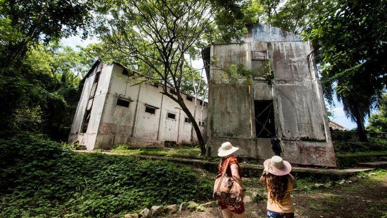 Turis mengunjungi bekas penjara di Pulau San Lucas di Provinsi Puntarenas, Kosta Rika pada 26 September 2020. (Ezequiel Becerra / AFP)