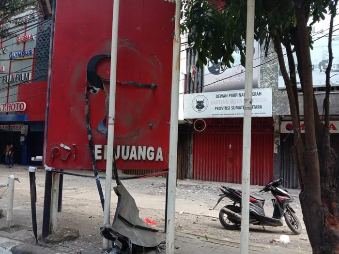 Plang PDIP di depan kantor BMI Sumut dirusak (Ahmad Arfah-detikcom)
