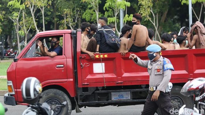 Polisi mengamankan puluhan remaja di kawasan sekitar Istana Negara, Jakarta Pusat.