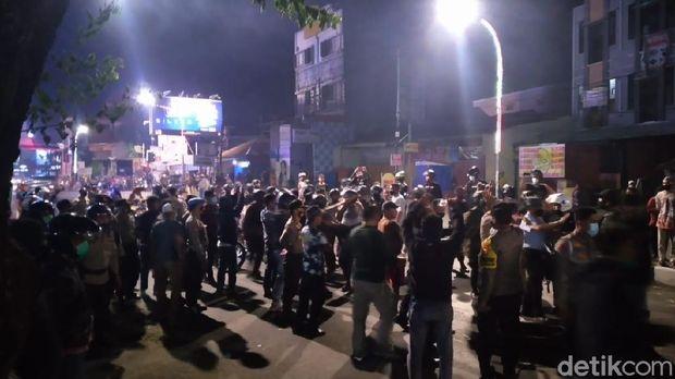 Polisi BKO Polres Gowa berjaga di Polsek Rappocini Makassar usai diserang massa
