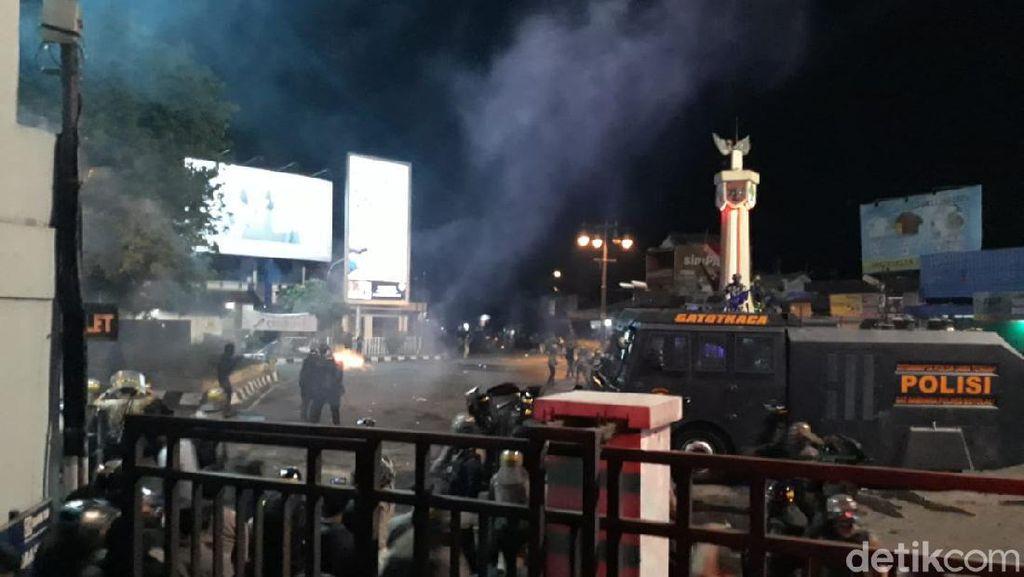 Peserta Demo di Solo Patah Kaki Gegara Tercebur Sumur Saat Dikejar Polisi