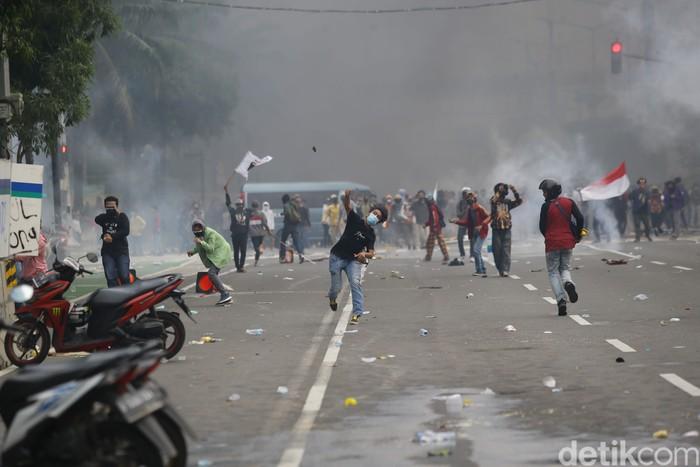 Polisi terus memukul mundur massa demo tolak omnibus law UU Cipta Kerja yang berunjuk rasa di kawasan Patung Kuda Arjuna Wijaya, Jakarta Pusat.
