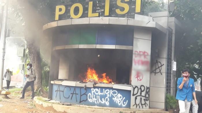 Pospol Patung Kuda Wijaya dibakar massa demo