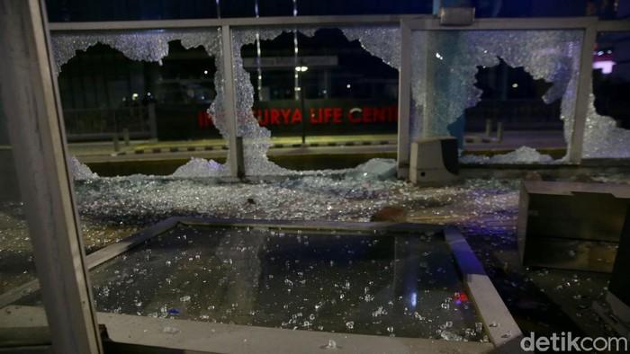 Demo ricuh massa aksi menyisakan rentetan kerusakan sejumlah fasilitas umum. Berikut beberapa kerusakan yang terjadi. Salah satunya di halte TransJ Tosari.