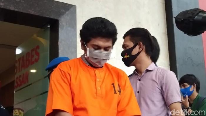 Pria inisial KMA saat usai diamankan polisi karena melakukan teror video call sex ke sejumlah mahasiswi UIN Makassar