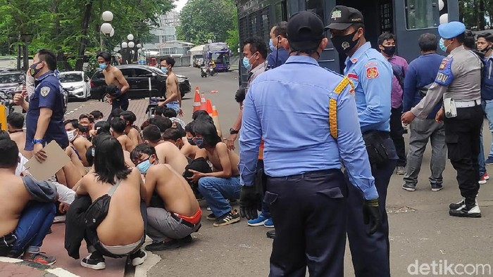 Puluhan remaja diamankan di sekitar Gedung DPR.