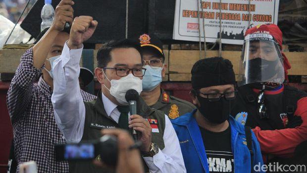 Gubernur Jawa Barat, Ridwan Kamil, menemui massa buruh dan mahasiswa yang melakukan aksi menolak Omnibus Law Cipta Kerja di depan Gedung Sate, Kota Bandung.