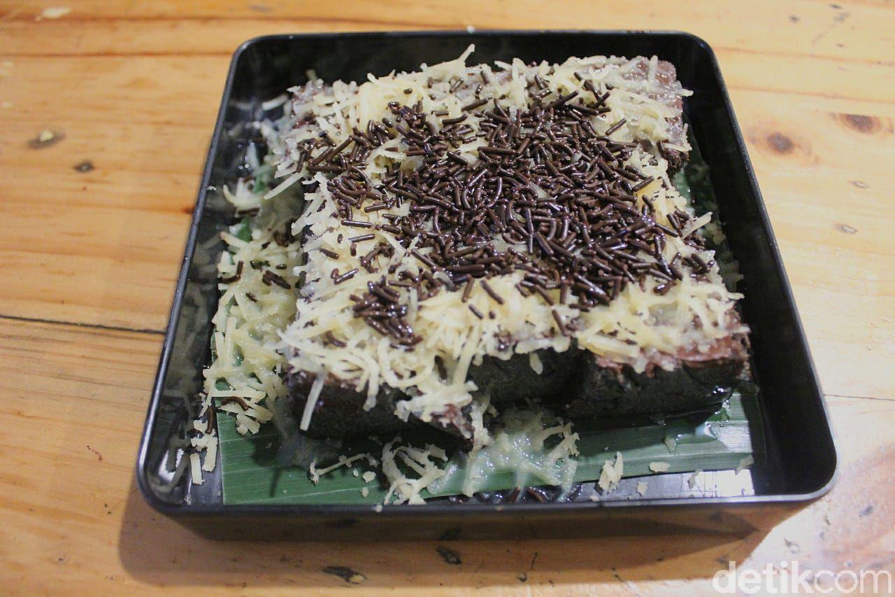 Unik! Satu-satunya di Indonesia Roti Bakar Bungkis Daun Pisang