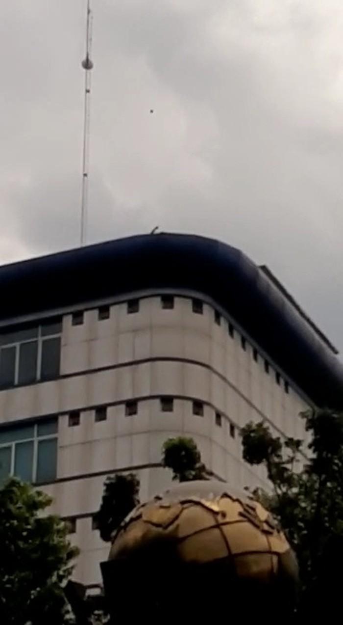 Screenshot ada pria misterius lemparkan batu dari atas gedung DPRD Medan ke arah massa demo (dok. Istimewa)