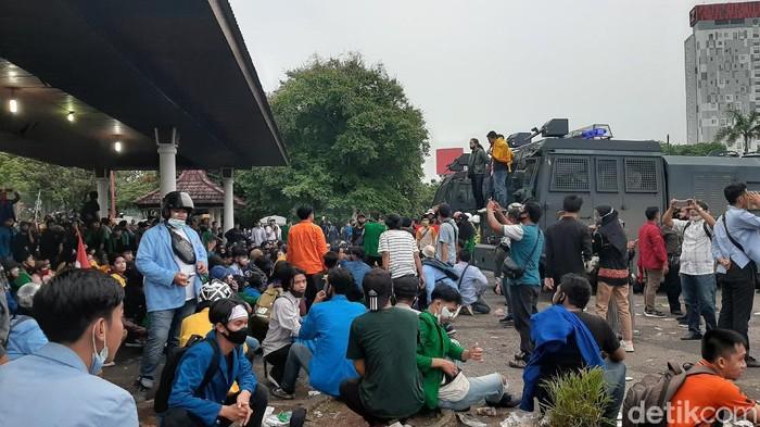 Demonstrasi massa yang menolak omnibus law UU Cipta Kerja di kantor DPRD Sumatera Selatan yang sempat ricuh berakhir damai.