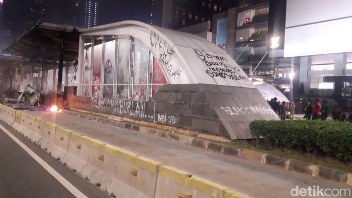 Stasiun MRT Bundaran HI dirusak massa.